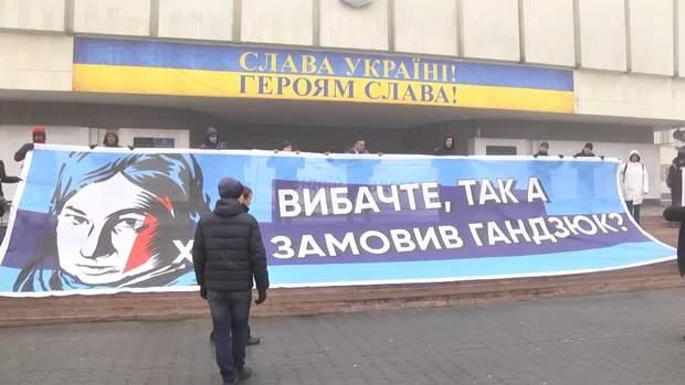 Активісти чекали на Порошенка під будівлею ЦВК