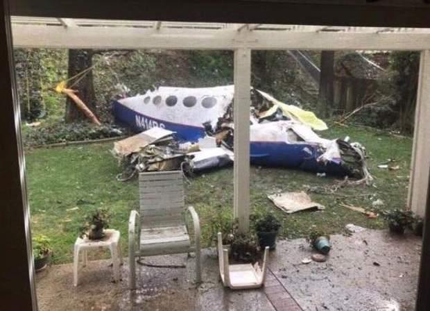 США, літак впав на будинки, пожежа