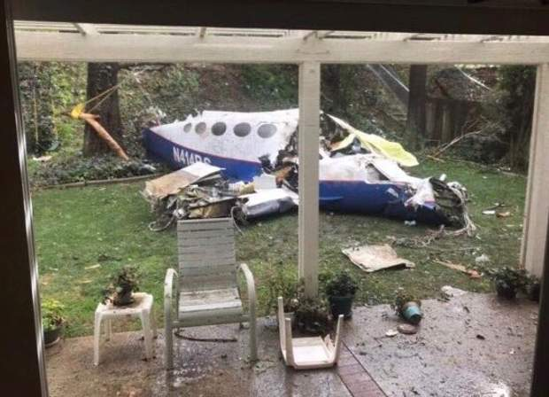 Авіація, літак впав на будинки, США