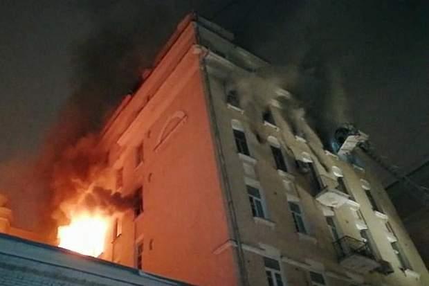 У центрі Москви загорівся будинок