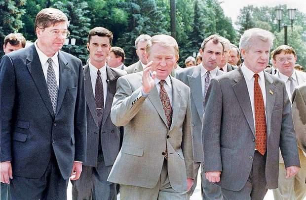 Мороз был спикером парламента во время принятия Конституции Украины