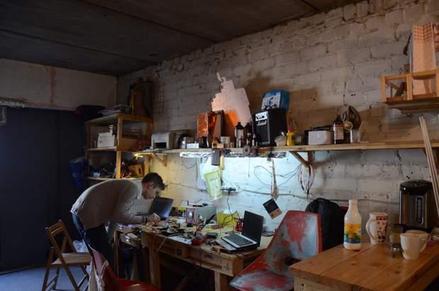 Хлопці наповнили гараж різноманітним професійним обладнанням