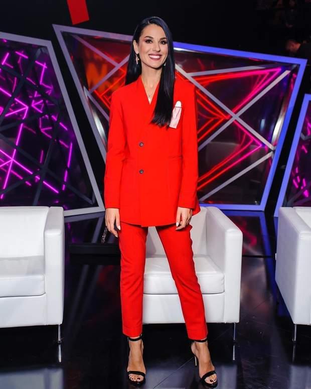 Маша Євросиніна червоний брючний костюм