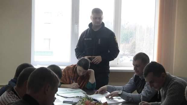 Юлія разом з іншими майбутніми рятувальниками складає тести