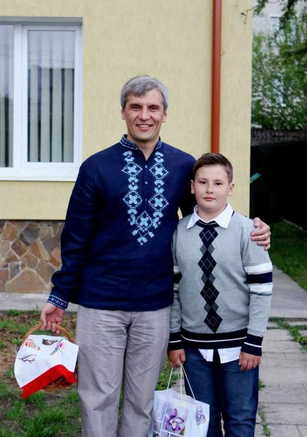 Руслан Кошулинський із сином ймовірно на фоні власного будинку