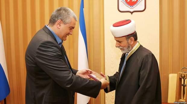 Сергій Аксьонов вручає медаль Еміру-Алі Аблаєву