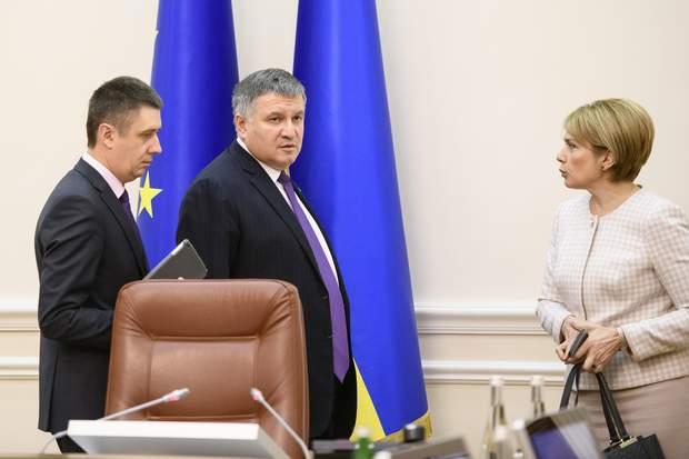 Арсен Аваков, Лілія Гриневич, уряд, відставка