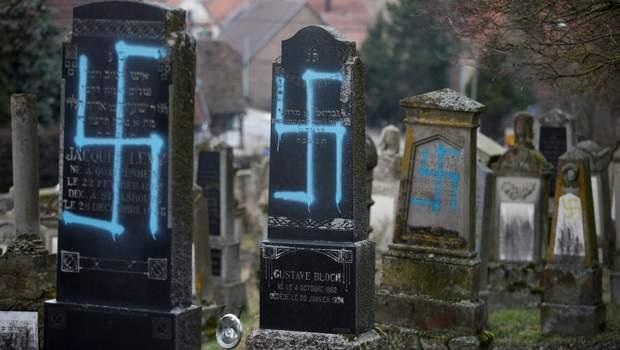 Нацистські написи на могилах у Франції