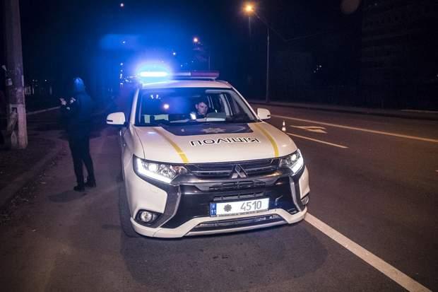 Поліцейські встигли зреагувати, тому пошкодження патрульного авто мінімальні