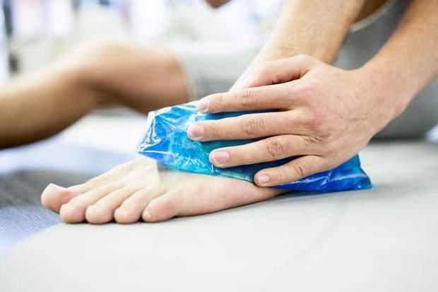 Прикладіть до травмованого суглоба лід