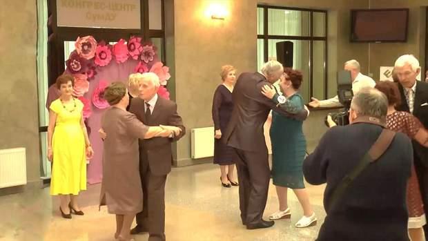 Учасниці танцювали вальс