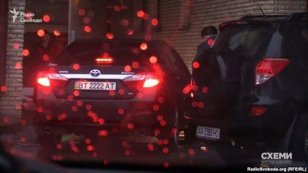 Президент Академії аграрних наук Ярослав Гадзало сідає в службове авто