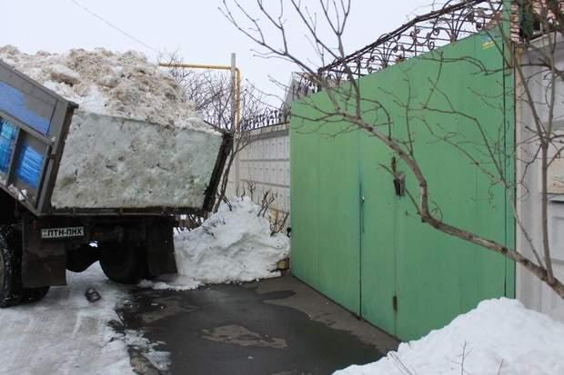 Активісти висипали сніг біля заміського маєтку Юрія Вілкула