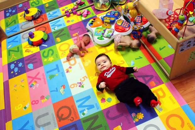 Прибирайте іграшки, які розкидані по підлозі