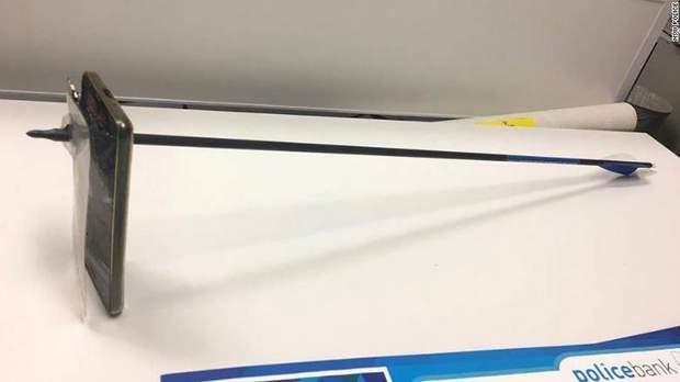 В Австралії смартфон врятував чоловіка від стріли