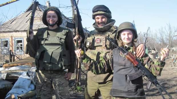 Юлія (зліва) з побратимами на війні