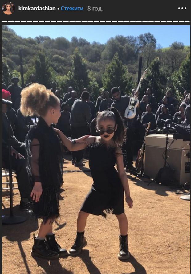 Ким Кардашян раскритиковали за черную помаду и платье в перьях ее 5-летней дочери Норт