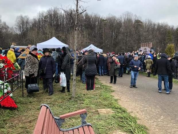 Похороны Марлена Хуциева: режиссера похоронили рядом с Началовой