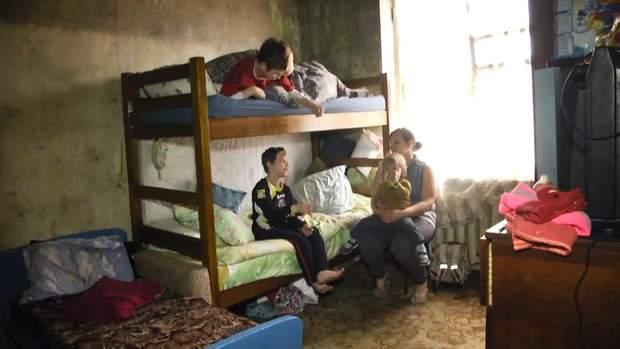 Жінка в Харкові живе у згорілій квартирі