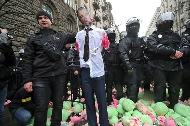 Адміністрацію президента закидали свинями