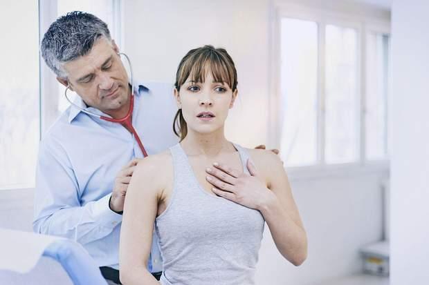 Симптоми пневмонії – кашель та ускладнене дихання