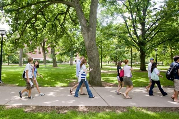 Усі учасники прогулювалися студентським містечком протягом 12 хвилин