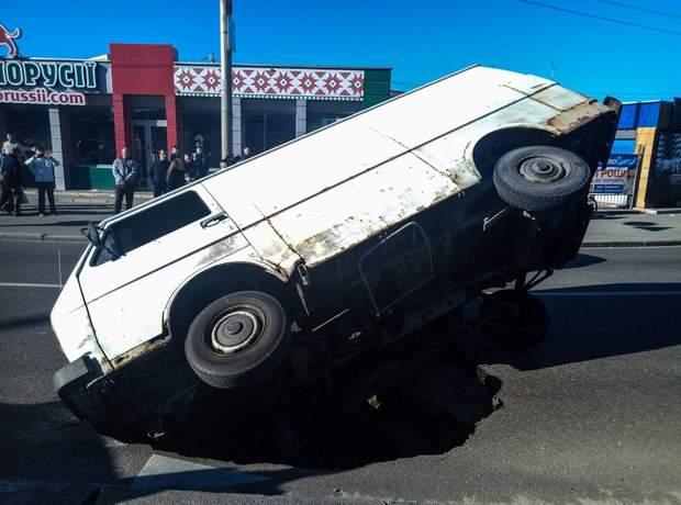 ДТП Київ авто провалилось під асфальт