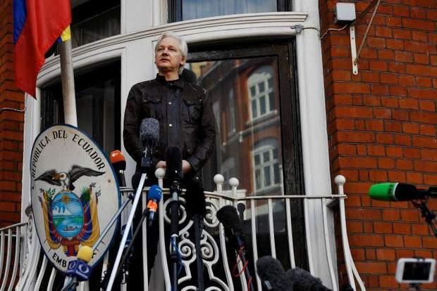 Джуліан Ассанж посольство балкон Еквадор