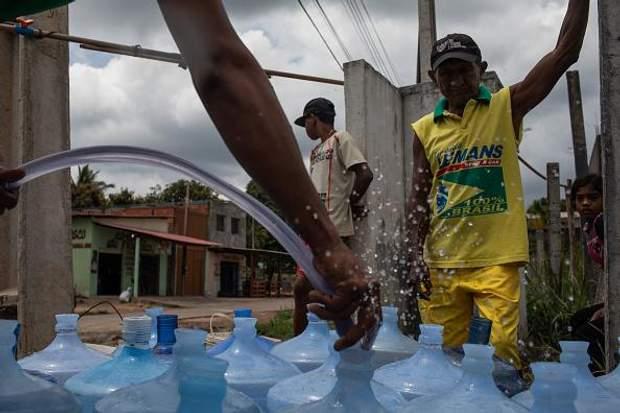 У Венесуелі немає води, її доставляють цистернами