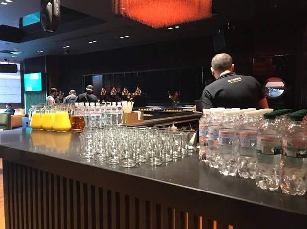 У штабі Зеленського є алкоголь на барі