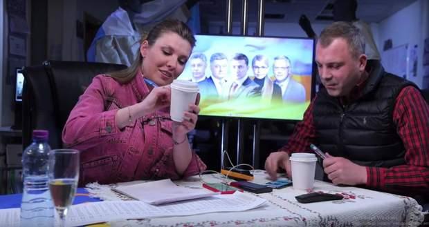 Російські пропагандисти застелили стіл синьо-жовтим прапором