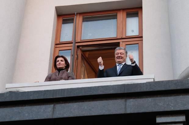 Петро Порошенко з Мариною Порошенко вітають українців з балкона Адміністрації Президента