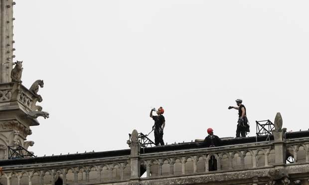 собор паризької богоматері накривають альпіністи