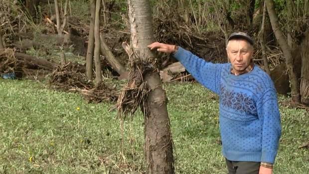 Житель села Богутин показывает уровень воды