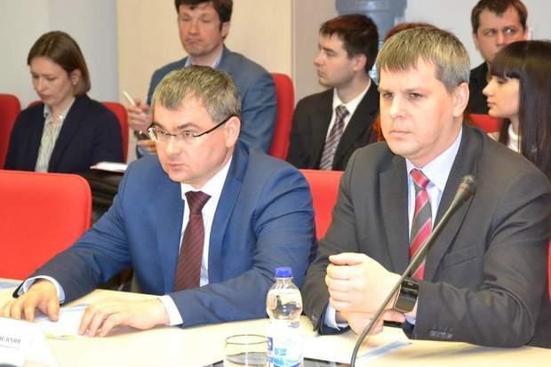 Суддя Віталій Амельохін (ліворуч)
