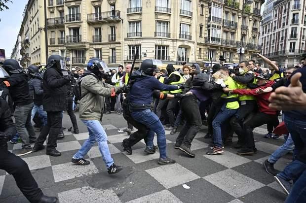 Париж сутички 1 травня демонстрації поліція сльозогінний газ