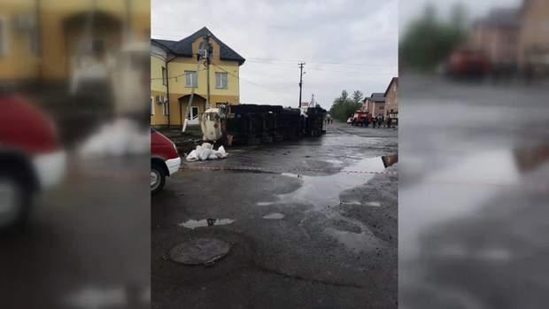 На Івано-Франківщині у селищі Отинія Коломийського району перекинувся бензовоз з 38 тоннами пального.