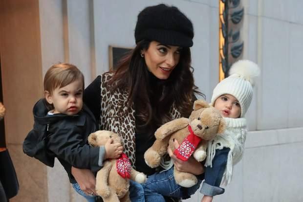 Амаль Клуні з дітьми