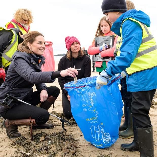 Кейт Міддлтон прибирала пляж від забруднення