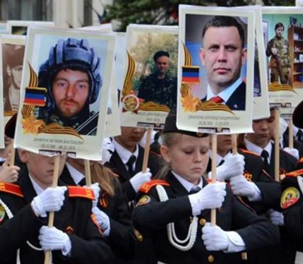 Портрети ватажків, форма НКВС та Сталін: фото параду до 9 травня на окупованому Донбасі