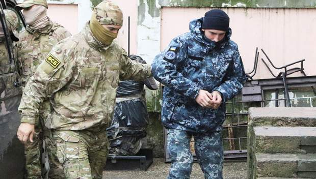 Спецпризначенці ФСБ супроводжують українських полонених моряків
