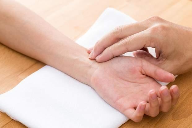 Три пальці повинні лежати на променевій артерії біля основи великого пальця