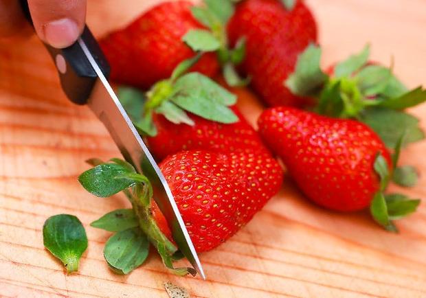 Нарізайте полуницю невеликими шматочками