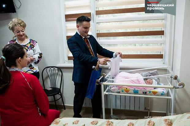 На Буковині немовлятам подарували вишиванки