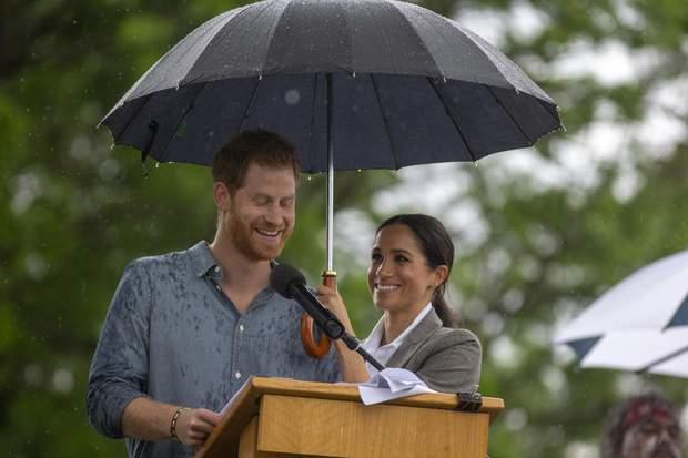 Меган Маркл рятає принца Гаррі від дощу