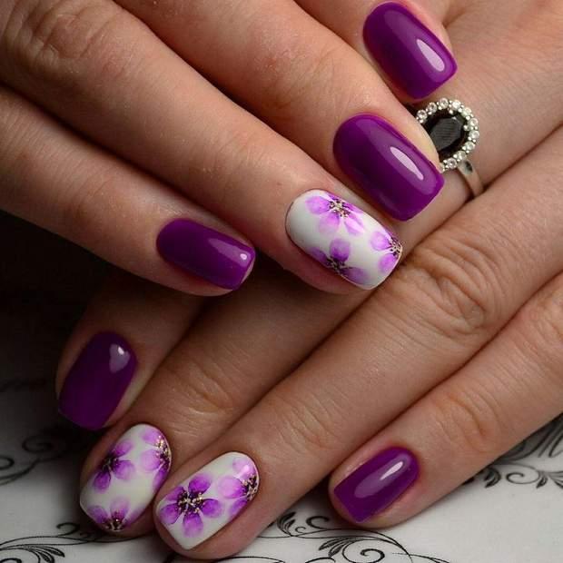 Квітковий принт на нігтях