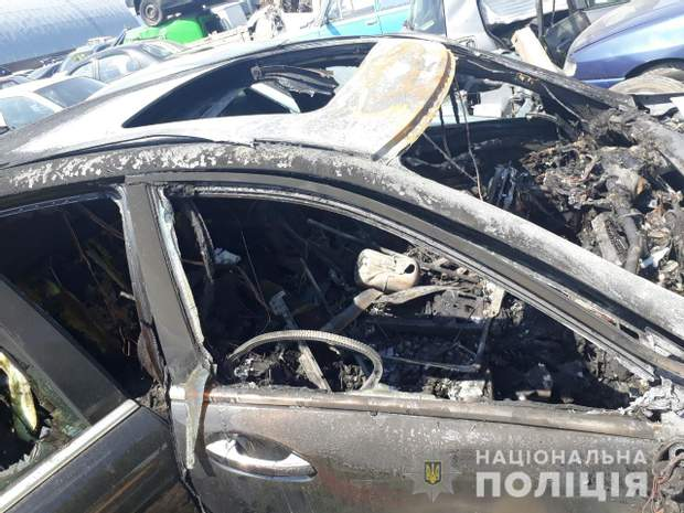 Обгоріле авто 'перевезли на стоянку тимчасового утримання