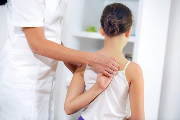 Виявити сколіоз може лише лікар