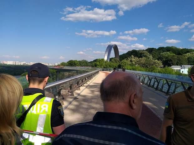 Людей відтіснили з мосту