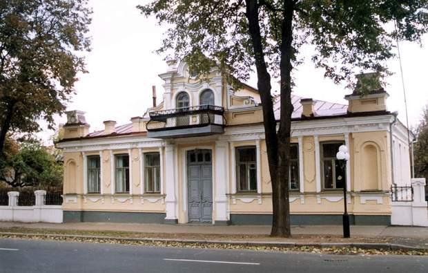 Будівля дитсадку по вулиці Фрунзе, на балконі якої виступав Гітлер